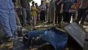 Des Egyptiens sur le site d'un attentat qui a tué un soldat et un policier. © AFP